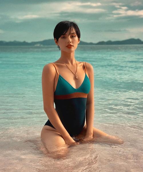 Khánh Linh tạo dáng Bambi pose gợi cảm trên biển.