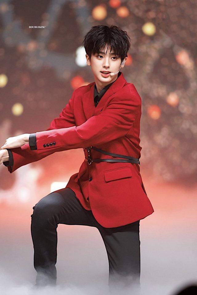 <p> Bất chất những ý kiến tranh cãi về tài năng, Kim Min Gyu vẫn có thứ hạng cao trong từng tuần.Jellyfish Entertainment luôn mang đến những thí sinh rất mạnh.</p>