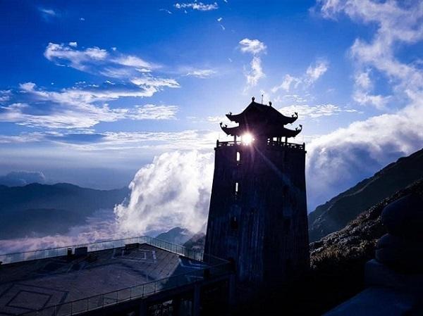 Vũ điệu trên mây độc đáo ngay từ sân khấu biểu diễn. Khu vực Sân Mây vốn là nơi kết thúc của hành trình du ngoạn băng qua thung lũng Mường Hoa và núi rừng Hoàng Liên Sơn bằng cáp treo, để mở ra một hành trình khác thấm đẫm chất thiền giữa quần thể tâm linh huyền hoặc trên đỉnh Fansipan. Từ Sân Mây, những ngày trời đẹp, du khách có thể thấy cả biển mây bồng bềnh trước mắt, tựa hồ như lạc vào cõi Phật bồng lai. Và câu chuyện kể về một lễ hội Tây Bắc đã có từ 70 năm trước bắt đầu, đưa du khách ngược dòng lịch sử, tìm lại những truyền thuyết, huyền thoại xưa cũ, sống đời sống Tây Bắc cùng với những con người dân tộc vùng cao thật thà, chất phác, yêu lao động. Để rồi sau đó, họ trở lại với thực tại, bước tiếp hành trình vào cõi tâm linh thiền định giữa mây ngàn Hoàng Liên Sơn, tận hưởng sự an lạc thanh yên ở nơi đất trời giao hòa trên đỉnh Fansipan.