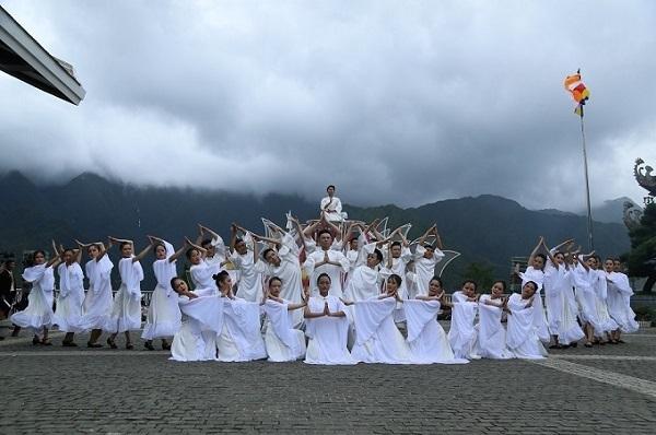 Âm nhạc của show Vũ điệu trên mây được sáng tác bởi hai nhạc sỹ Nguyễn Mạnh Tiến và Đinh Văn Đức. Để lột tả được một Tây Bắc thật đến từng chi tiết, âm nhạc world music được sử dụng làm nhạc nền cho phần một, với những thanh âm quen thuộc từ các nhạc cụ dân tộc như khèn, sáo, đàn đá... Còn ở phần 2, yếu tố tâm linh được đặc tả bằng nhạc thiền du dương, chậm rãi với nhiều âm thanh phụ trợ như tiếng gió thổi, tiếng nước chảy, chuông ngân, tiếng mõ gõ đều trong thinh không tịch mịch...  Chia sẻ về ý tưởng cũng như những tham vọng gửi gắm vào show diễn mới này, Giám đốc nghệ thuật của Tập đoàn Sun Group- đạo diễn Phạm Hoàng Nam nói: Vũ điệu trên mây chắt chiu những tinh túy của văn hóa dân gian Tây Bắc nói chung và các vũ điệu của Tây Bắc nói riêng. Show diễn là sự tổng hợp và hòa quyện của các điệu múa quen thuộc, nổi tiếng, cộng hưởng cùng những sáng tạo mới của ekip, để làm nên sự thay đổi và điểm thu hút du khách hơn nữa đến với Fansipan, không chỉ trong nước mà còn cả khách du lịch nước ngoài.