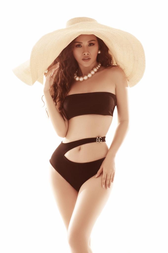 """<p> <a href=""""https://ione.net/photo/viet-nam/sieu-vong-3-thanh-trang-lam-giam-khao-hoa-hau-cac-quoc-gia-2018-3790716.html"""" rel=""""nofollow"""">Thanh Trang</a> sinh năm 1993, từng đăng quang Á hậu cuộc thi Hoa hậu các quốc gia 2017. Mới đây, cô vừa thực hiện bộ hình bikini lưu giữ nét thanh xuân ở tuổi 26.</p>"""