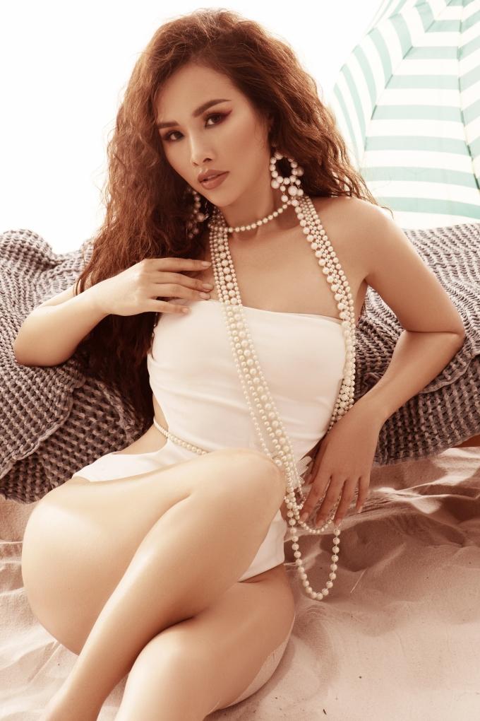 <p> Dây chuyền, khuyên tai ngọc trai hoàn thiện phong cách gợi cảm, sang trọng khi diện bikini cho Thanh Trang.</p> <p> </p>