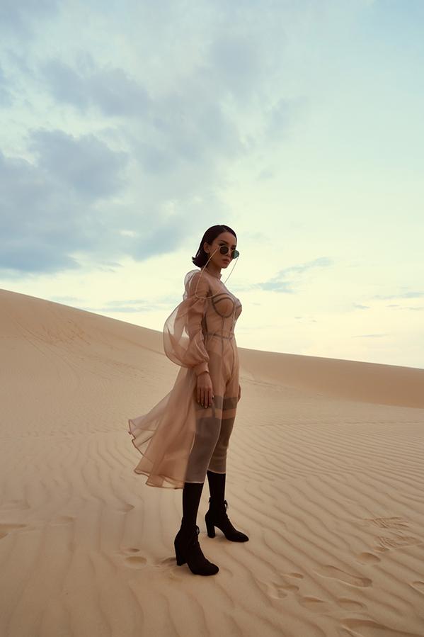"""<p> MV được quay tại Mũi Né, Phan Thiết giữa thời tiết khá nắng nóng. """"Ok! Đi đi anh"""" do nhạc sĩ Toby viết riêng cho Yến Trang, mang hơi hướng R&B. Yến Trang tâm đắc với ca khúc vì thể hiện được cá tính mạnh mẽ và quyết liệt hơn của cô.</p>"""
