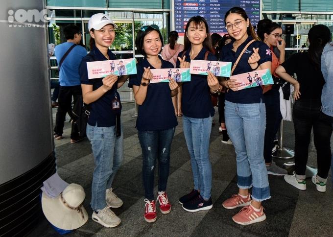"""<p> Một nhóm bạn từ Hà Nội chia sẻ đã chờ đợi cơ hội được gặp thần tượng từ ngày còn nhỏ. Lần Jay Park sang Việt Nam này là một cơ hội hiếm có để được nhìn thấy nam ca sĩ """"bằng xương bằng thịt"""".</p>"""