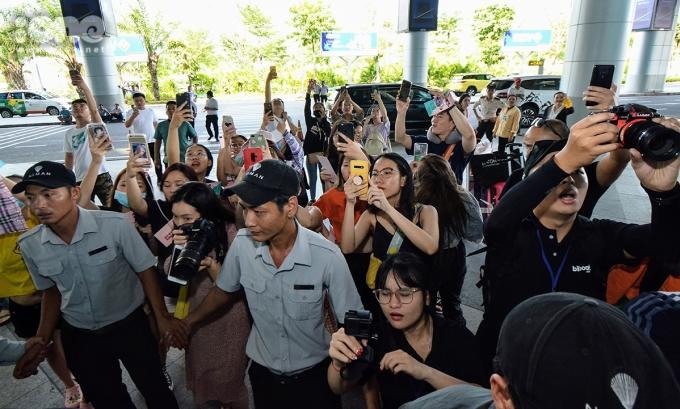 <p> Fan chen nhau ghi lại khoảnh khắc đẹp khi Jay Park đặt chân ra cổng sân bay.</p>