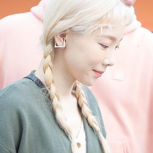 Tae Yeon được trời phú cho gương mặt hợp nhiều kiểu tóc khác nhau. Cô nàng tươi tắn, ngọt ngào hơn khi thử những kiểu tóc tết điệu đà, tóc búi pucca hay tóc buộc hai bên tinh nghịch. Đáng chú ý là ở độ tuổi U30, không phải mỹ nhân nào diện tóc cute cũng
