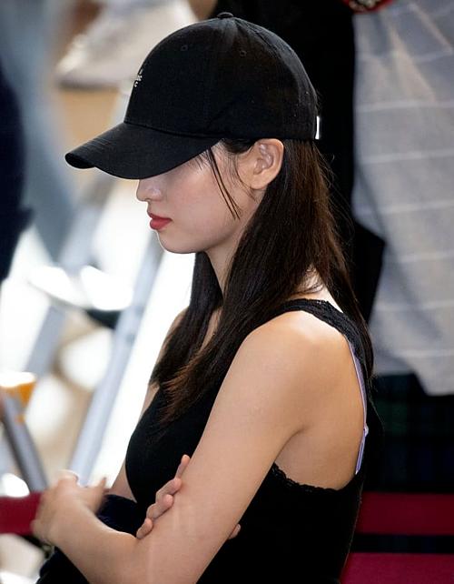 Momo (Twice) mới đây cũng khiến fan ngượng ngùng vì lộ rõ dây áo ngực màu tím tại sân bay.