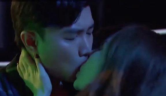 Quốc Trường hôn Quỳnh Nga trong bar.