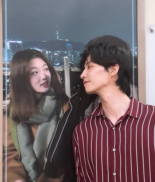 Song Jae Rim ngắm ảnh Kim Yoo Jung đầy tình cảm khi nhận được xe đồ uống từ cô em. Hai diễn viên thân thiết sau khi đóng chung trong Clean with Passion for Now.