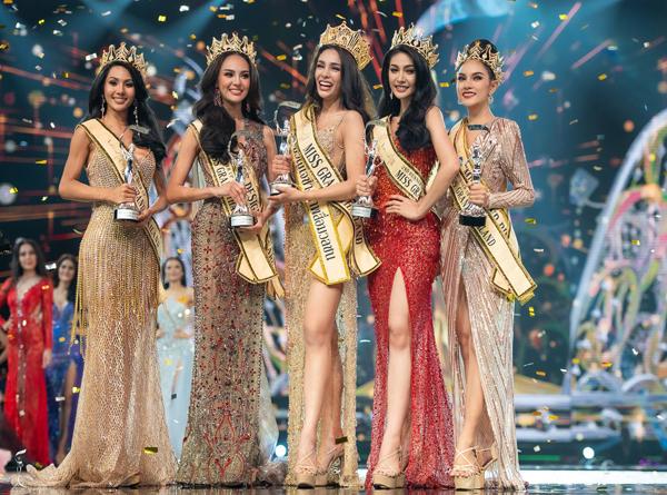 Tân Hoa hậu (giữa) rạng rỡ giữa các người đẹp đăng quang năm nay.