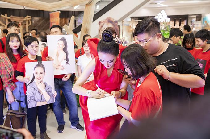 <p> Khi vào sự kiện, cô cũng nhận được sự quan tâm không nhỏ. Nữ diễn viên tận tay ký tặng cho fan.</p>