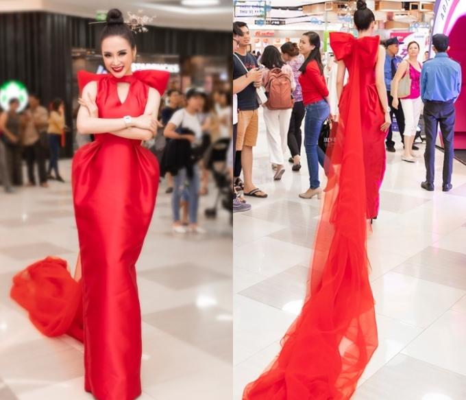 <p> Nữ diễn viên chọn diện chiếc váy đỏ cầu kỳ của NTK Phương My. Bộ cánh còn đính nơ to sau lưng và phần tà bằng voan dài quét sàn.</p>