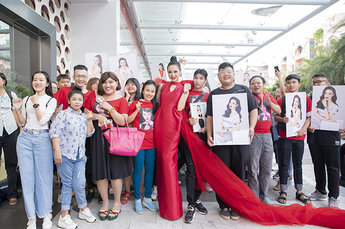 <p> Angela Phương trinh vui vẻ chụp ảnh kỷ niệm cùng mọi người.</p>