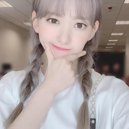 Sakura (IZONE) nhuộm tóc khói, tết đuôi sam đáng yêu như học sinh cấp hai.
