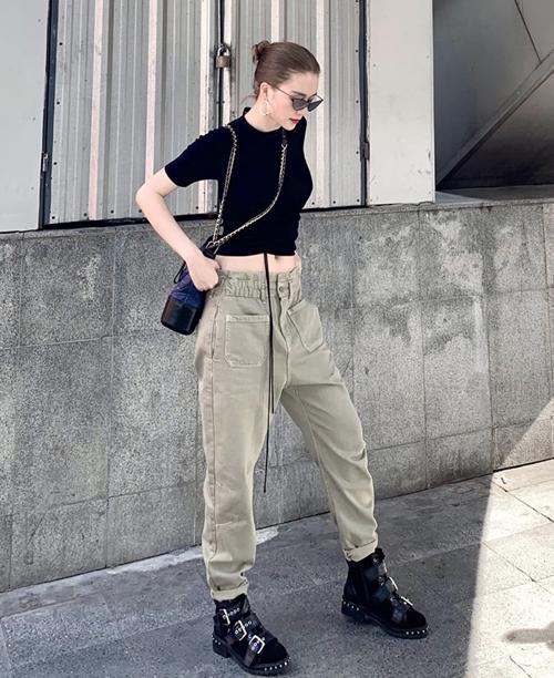 Thiều Bảo Trang chất lừ trên đường phố Bangkok cùng áo hở eo, quần tụt.