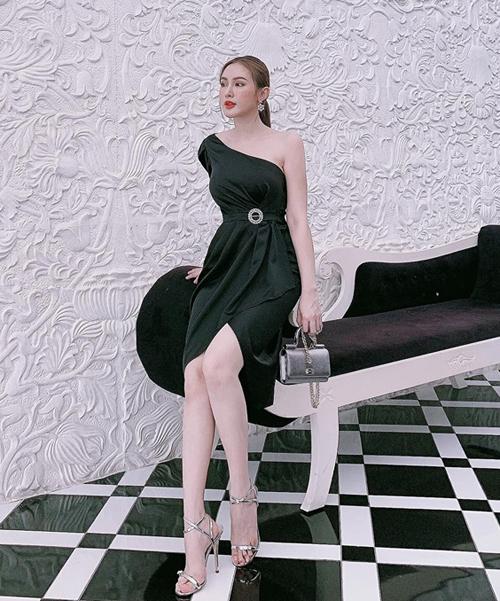 Váy lệch vai đen cùng phụ kiện metallic tông xuyệt tông mang đến cho Kelly Nguyễn vẻ ngoài đầy sang chảnh.