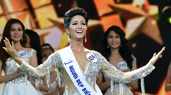 Thời điểm đăng quang Hoa hậu Hoàn vũ Việt Nam, HHen Niê thường để tóc ngắn, vuốt keo phồng. Đây là kiểu tóc HHen Niê ưa chuộng vì tôn lên đượcnét đẹp cá tính, hiện đại của cô. Với kiểu tóc này, cô dễ dàng kết hợp với nhiều kiểu trang phục khác nhau.