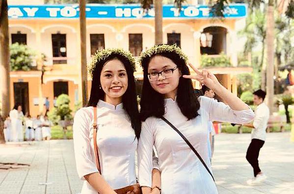 Thu Hà (bên trái) chụp cùng bạn tại buổi lễ bế giảng.