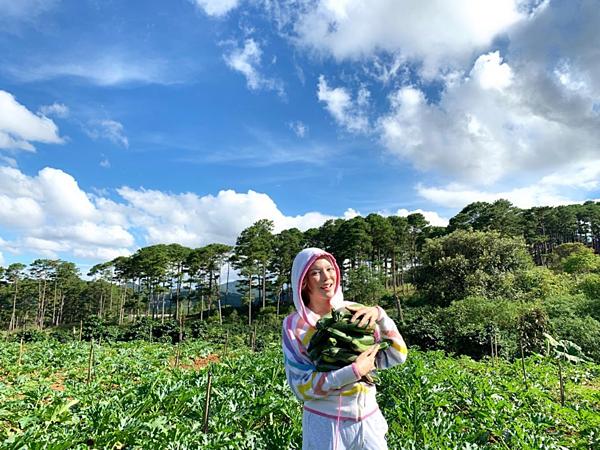 Cô tự tay thu hoạch nông sản.
