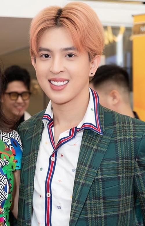 Tín Nguyễn công khai là người đồng tính từ khá lâu và được gia đình ủng hộ. Hoa hậu Thu Hoài từng nhiều lần lên tiếng bảo vệ, ủng hộ khi biết con trai thuộc cộng đồng LGBT. Việc xuất hiện cùng mẹ ở các sự kiện của giới showbiz càng rèn dũa sự tự tin của chàng trai này.