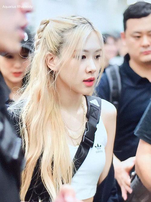 Black Pink đáp xuống sân bay Hàn vào 15/7. Rosé tiếp tục tỏa sáng trong mọi khung hình với nhan sắc cực Tây, mái tóc vàng nổi bật.