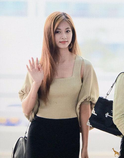 Tzuyu là thành viên được truyền thông ưu ái nhất mỗi khi Twice ra sân bay.
