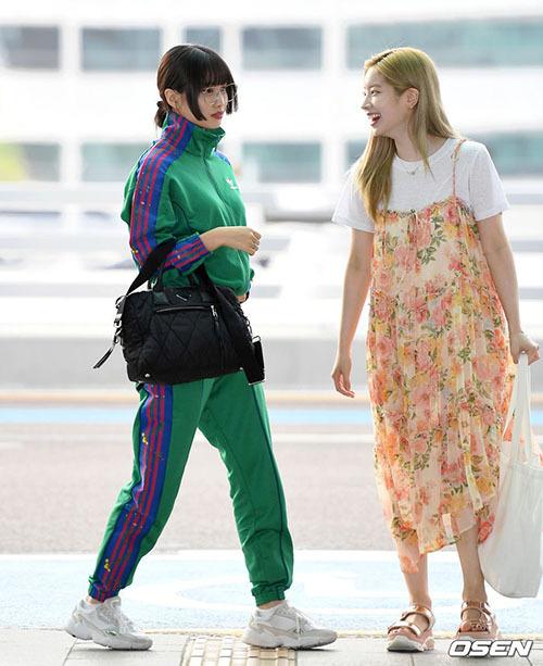 Momo diện cả một cây xanh nổi bần bật,Da Hyun bị chê mặc váy giống đồ bầu. Tuy nhiên, fan cho rằng trang phục của 2 thành viên phù hợp với những chuyến đi dài.