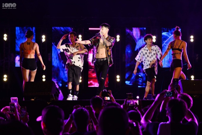 <p> Tối 14/7, Jay Park biểu diễn tại một sự kiện âm nhạc diễn ra ở Đà Nẵng. Anh đến Việt Nam từ một ngày trước đó. Thông tin khiến fan khắp nơi trên cả nước chờ đón.</p>