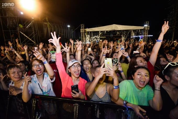 <p> Hàng nghìn fan không ngừng hú hét theo âm nhạc cùng thần tượng.</p>