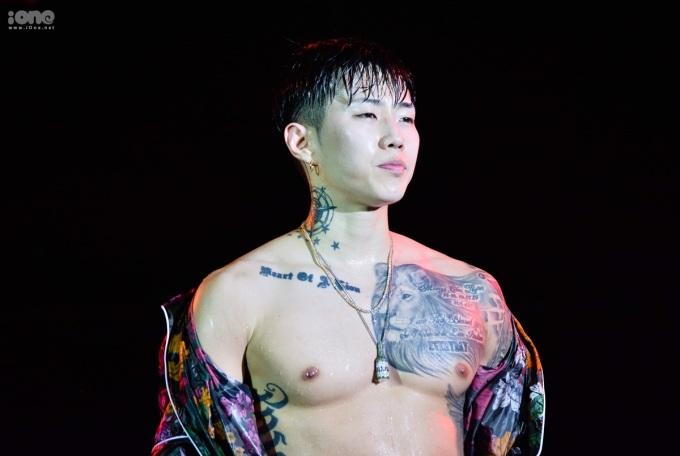 <p> Jay Park biểu diễn sung đến mức cởi phăng áo khoe body ngay trên sân khấu. Fan có dịp chiêm ngưỡng tận mắt bụng múi, hình xăm lớn ở ngực và cánh tay của nam ca sĩ.</p>