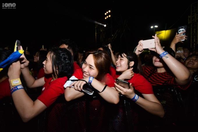 <p> Các fan girl ngắm nhìn Jay Park.</p>