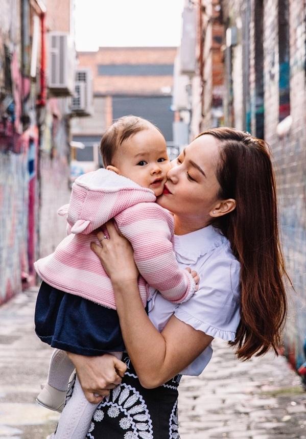 """<p class=""""Normal""""> Con gái Lina của nữ diễn viên hoạt bát, vui vẻ khi được bố mẹ cho thêm những trải nghiệm mới về cuộc sống xung quanh.</p>"""