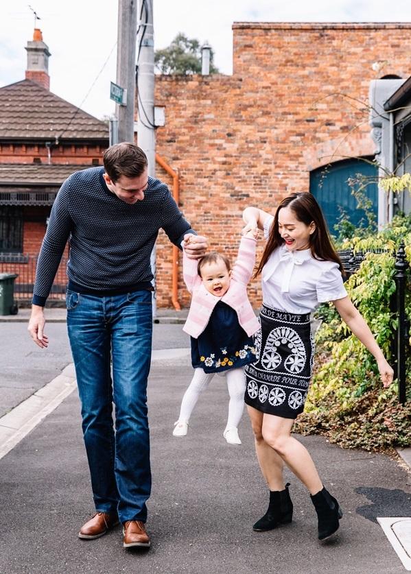 <p> Lan Phương quen chồng lúc quay phim <em>Cả một đời ân oán </em>ở Hà Nội. Anh cầu hôn cô sau nửa năm hẹn hò, khi cả hai đang lái xe từ vùng quê xứ Wales về lại nhà anh ở thành phố Sheffield, Anh vào dịp Giáng sinh 2017. Gia đình cô đón em bé đầu lòng vào tháng 5/2018.</p>