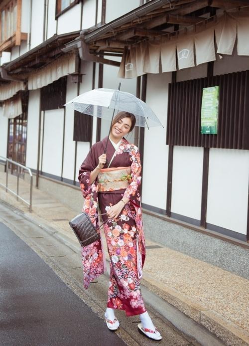 Sau khi thăm một đại học trong chuyến công tác tại Nhật Bản, Á hậu Lệ Hằng đến cố đô Kyoto.Cô diện kimono - trang phục truyền thống của người Nhật - thăm thú đường phố.