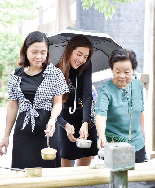 Cô cùng các giảng viên Việt Nam cùng tìm hiểu nghi thức múc nước bằng gàu khi ghé thăm thành cổ Osaka.