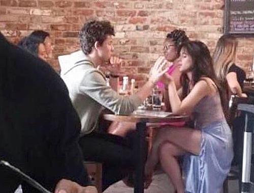 Shawn Mendes - Camila Cabello bị chỉ trích làm lố khi liên tục ôm hôn nơi công cộng - 1