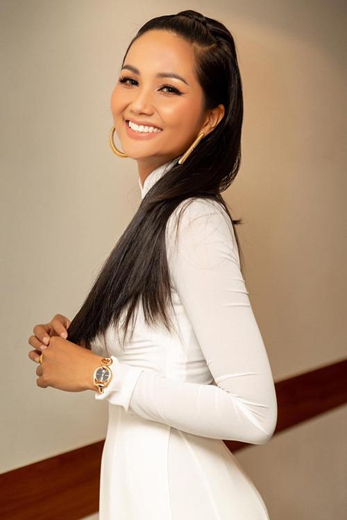 HHen Niê xinh đẹp với mái tóc đen dài.
