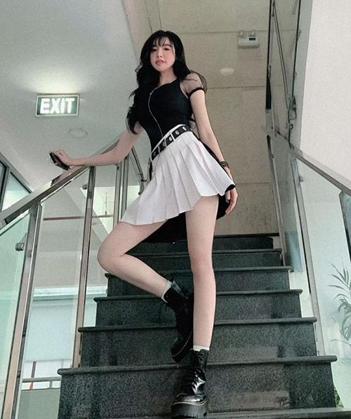 Diện đồ nữ sinh, Elly Trần được khen như bước ra từ truyện tranh.