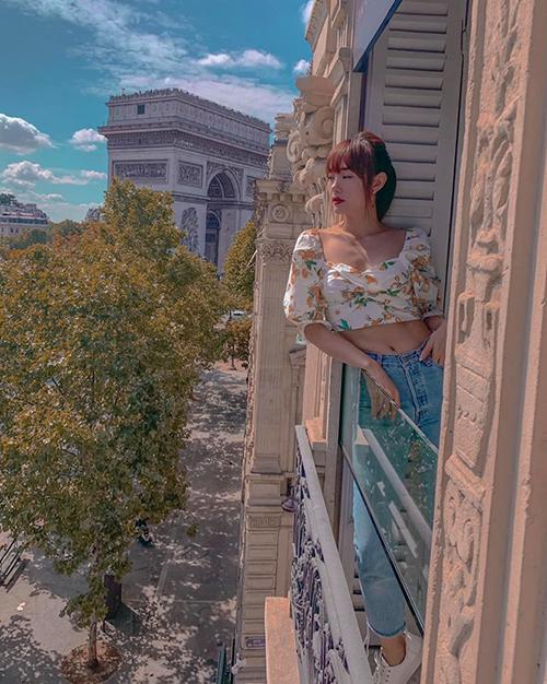 Minh Hằng nghỉ ngơi trong khách sạn có view rất đẹp khi đến Paris.