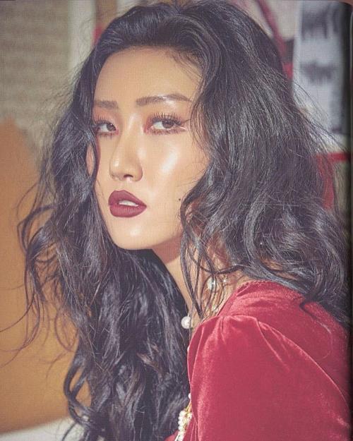 Hwasa thường xuyên gắn bó với style makeup mắt ấn tượng. Vì thế, fan hâm mộ luôn dễ dàng bắt gặp đường kẻ mắt sắc lẹm như dao cau với phần đuôi được hất lên cao đầy sexy, mạnh mẽ.
