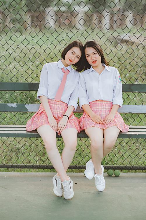 Quỳnh Trang (bên phải) chụp ảnh kỷ yếu cùng bạn.