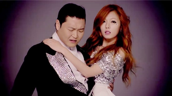 Hyuna quyến rũ bên Psy.