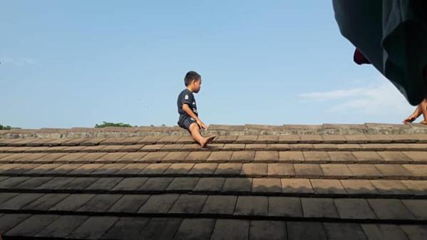Cậu bé 5 tuổi ngồi trên mái nhà 2 tiếng đồng hồ vì sợ phải cắt bao quy đầu.