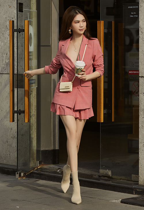 Chiếc vest cổ rộng là một thách thức cho Ngọc Trinh khi dạo phố.