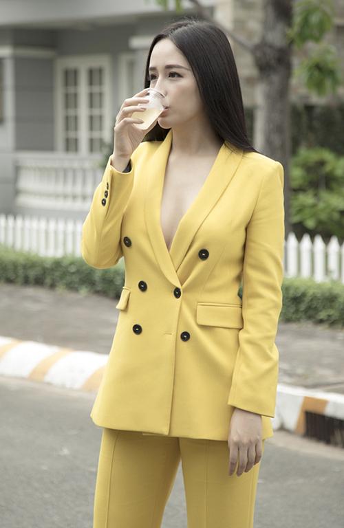 Mai Phương Thúy cũng từng nhọc công che chắn, chỉnh sửa khi mặc vest khoe vòng một gợi cảm.