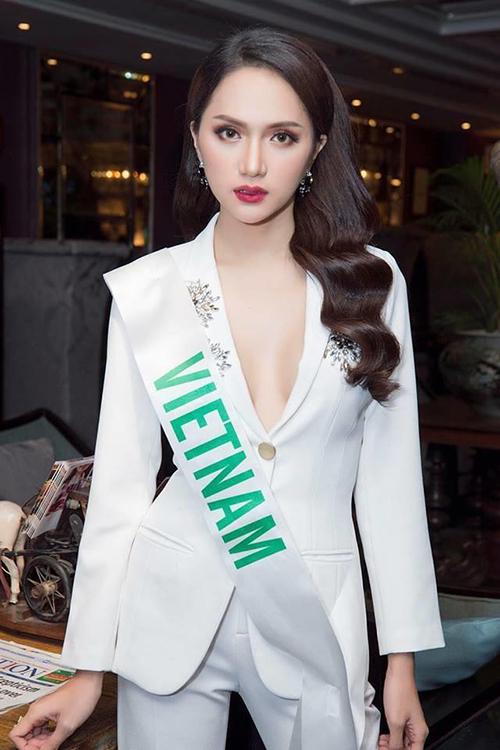Hương Giang được khen chọn blazer tinh tế, gợi cảm vừa phải, không bị hở hang quá đà.