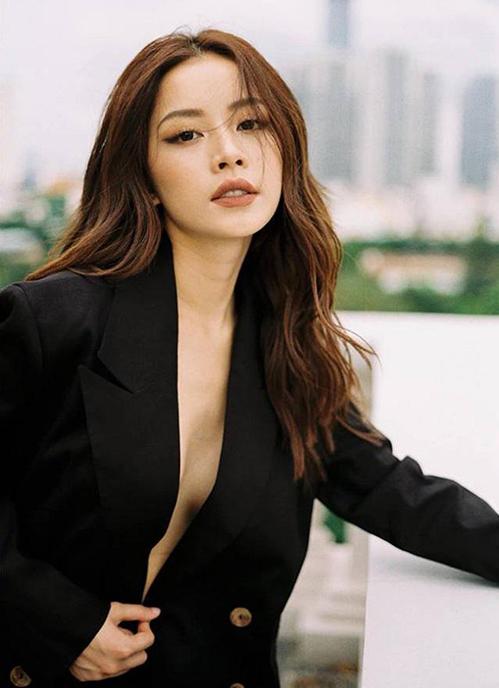 Chi Pu từng chụp bộ ảnh chứng minh sự trưởng thành bằng cách diện vest lả lơi khoe ngực trần.
