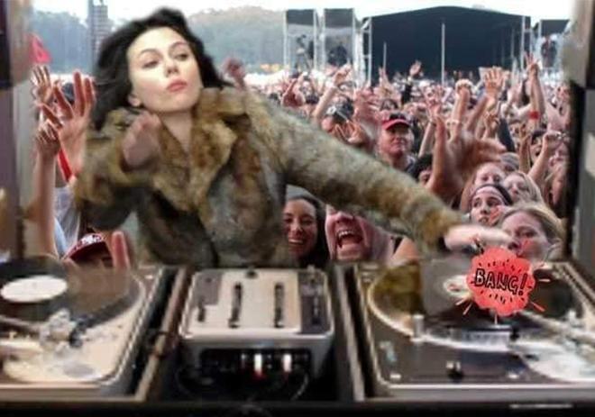 <p> Thần thái cực ngầu của Johansson khi làm DJ.</p>