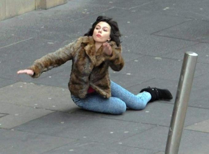 """<p> Khi quay bộ phim giả tưởng Under the Skin (2013), người đẹp Scarlett Johansson vô tình bị ngã trên phố. Cánh săn ảnh đã nhanh tay chụp được cảnh này.</p> <p> Không hổ danh là minh tinh màn ảnh Hollywood, dù cú ngã diễn ra bất ngờ nhưng biểu cảm của Johansson vẫn đầy thần thái. Khoảnh khắc này nhanh chóng trở thành """"hiện tượng"""" Internet lúc đó. Gần đây, các fan của nữ diễn viên lục lại tấm hình và tiếp tục chế ảnh """"cú ngã để đời"""".</p>"""