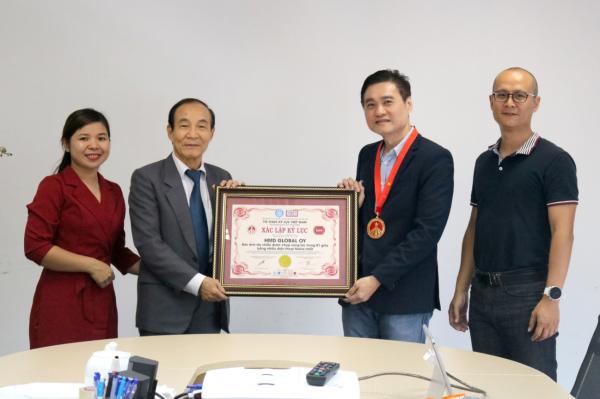 Đại diện HMD Global nhận kỷ lục từ TS.Luật sư Nguyễn Văn Viễn - Viện trưởng Viện Sở hữu Trí tuệ Việt Nam, Phó Chủ tịch Hội Kỷ lục gia Việt Nam.